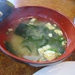 世界のハンバーグ曲角 - スープは和風のお味噌汁、どうりでハンバーグのお店なのにテーブルにナイフとフォークが置いて無い訳ね、お箸で食べるハンバーグランチって感じかな