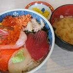 朝市食堂二番館 - 五目丼、味噌汁、漬物で500円