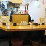 えびすやうどん - JR博多駅やキャナルシティ博多の近くということもあり、 アジア系観光客の方々にも人気のお店のようです。