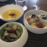 80139957 - 球体の中身はサラダ、前菜の盛り合わせ、スープでした。