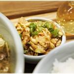 箸とレンゲ - 地味に美味い麻辣もやし。
