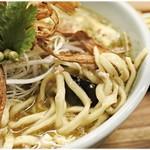 箸とレンゲ - 意外とゴツイ麺です。