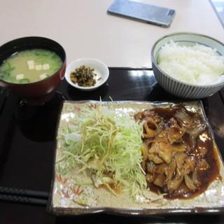 うまか軒 - 料理写真:暫く待つと注文した生姜焼き定食880円の出来上がりです。