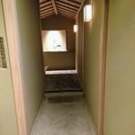80145283 - 扉を開けると素敵なアプローチです。突き当たり左側が客室です。