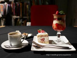 パティスリィ ドゥ・ボン・クーフゥ 武蔵小山本店 - 赤いベリーとショコラブリュレパルフェとストロベリーショートケーキ