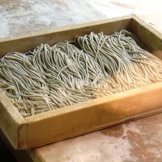 小粒で風味豊かな福井県産のそば粉を使用。だしにもこだわり