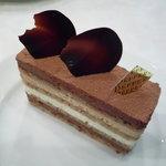 デフェール - マルジョレーヌ(440円)♪ヘーゼルナッツのスポンジ、生クリーム、チョコレートムースなどが何層にも折り重なった繊細な造りのケーキです★