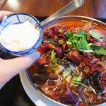 老虎荘 - 牛肉水煮麺880円。全てのランチに杏仁豆腐が付いております。