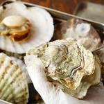 三陸直送 プリプリ牡蠣と新鮮魚介 いわて三陸漁場直送酒場 八○ - お客様の目の前で調理し、からを剥くので剥きたての熱々が楽しめます