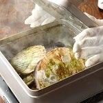 三陸直送 プリプリ牡蠣と新鮮魚介 いわて三陸漁場直送酒場 八○ - 開けた瞬間歓声が上がるガンガン焼き