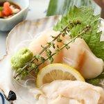 三陸直送 プリプリ牡蠣と新鮮魚介 いわて三陸漁場直送酒場 八○ - ホタテの刺身は今までに食べたことのない鮮度が味わえる