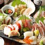 三陸直送 プリプリ牡蠣と新鮮魚介 いわて三陸漁場直送酒場 八○ - 鮮魚の盛合わせはホタテが付いた7点盛が人気♪