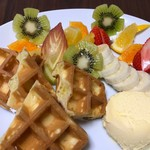 ギーモカフェ - 季節のフルーツ付ワッフル