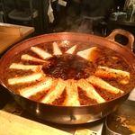 やまとや - カウンターの内側の厨房の大きな銅鍋でグツグツ煮込まれてます。 濃口の醬油とダシが効いていて、木綿豆腐に味が染みます。 これ見ちゃうと…「1つ下さいな」となります。