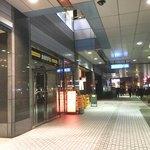 やまとや - 三田・慶応通り商店街がある側の田町駅からエスカレーターを下ってスグ。 ペデストリアンデッキの下にあるので、雨の日でも濡れずに来れます。
