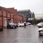 Cafe 1923 - ロールスロイスの前に入り警備員さんの左が駐車場です。