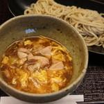 蕎香 - 料理写真:期間限定「伊勢の赤鶏 燻製つけ鶏そば」自家燻製赤鶏を玉子でとじた深みのあるだしで味わうお蕎麦です♪