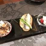 牡蠣処 クーガ - お口取り ??円 鮫の軟骨、イワシのオイルサーディン、チーズ