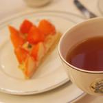 80202450 - 苺のタルトと紅茶