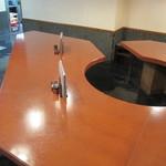 80206191 - お一人様用?の大きなテーブル席。