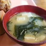 らーめん大漁 - ワカメと豆腐の味噌汁