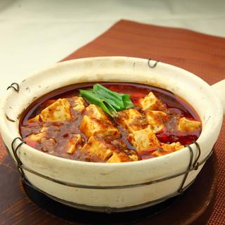 夜は居酒屋でリーズナブルな中華料理。『土鍋麻婆豆腐』など