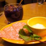 MEAT&WINE ワインホールグラマー - お通しとサングリア