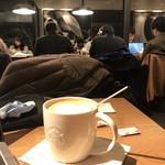 スターバックスコーヒー - 2018/01  店内は、ほどんど学生…自習室となっているのだ。だから、ソファ席の方が人気がないのだ。電源コンセント待ち…電源コンセント設備がある席空いたら、すぐ移動し、その席は埋まる
