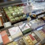 御菓子司 福岡屋  - 「とよた茶生大福 (160円)」がたくさん