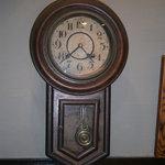 松本蕎麦店 - セット内に掛けて古い柱時計です、私物ですが正確に動いてます