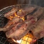 七輪焼肉安安 - 薄切り塩カルビ焼き中