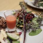 チャヤ ナチュラル&ワイルドテーブル - ビーツとオレンジのスムージーも美味しかったです。       新鮮なお野菜は甘くて美味しい。