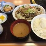 福乃家 - 野菜炒め定食。焼肉以外を食べる時はテーブル中央部の七輪が少し邪魔です。