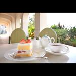 カフェ&ベーカリー カテリーナ - あたたかい晴れた日のテラス席、人気のケーキセットとともに。