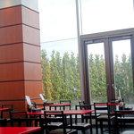 ラ・ベルデ - 天井も高く碧の眺めもいい店内