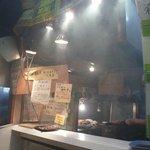 炭焼工房 凪山丸 - 店内はモクモク 美味そうな匂いや