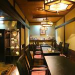 北信州の旬野菜たっぷりレストラン しんこきゅう - 小上がりのテーブル席。4名×3テーブル、12名・8名でのご利用も可能。