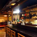 北信州の旬野菜たっぷりレストラン しんこきゅう - カウンター席は4名。お一人様のお食事・飲みも気軽に楽しめます。