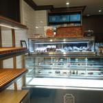 CALVA - 内観③パン棚はほぼ空・・・