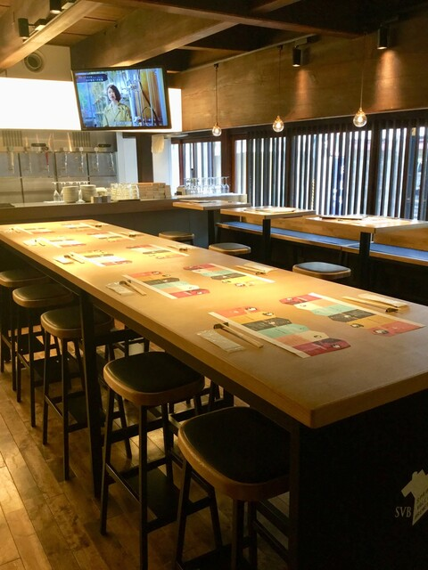 スプリングバレーブルワリー 京都 - 入口近くのハイテーブル