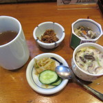 活魚料理ととや - オーダー後すぐに出されたお茶・茶碗蒸し・香の物・小鉢2品