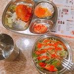 パンジャビ - セットのサモサプレート&サラダ