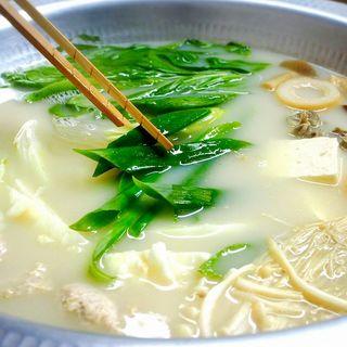 福岡の郷土料理である、はかた地どりを使った水炊きは絶品...