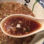 80328613 - 「豚背脂」がスープ表面を覆うダークブラウンのスープですが、見た目とは異なり芳醇でまろやかな味わいのスープです。