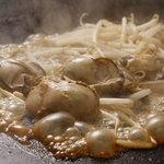 おかめ - 「カキバター」。広島産、2L以上の大ぶりの身を醤油でジュッ!