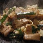 おかめ - 「ホルモン焼き」。国産牛モツを味噌ベースの甘辛醤油ダレで。