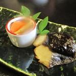 四季のお料理 きくや - 4,000円のお料理の さわらの幽庵焼き と 小鉢。      2018.01.27