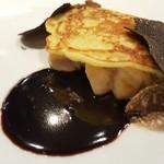 ヒロト - ⑥薄い馬鈴薯のパンケーキをのせてオーブンローストした真鱈の白子、黒トリュフと春トリュフの二重奏と共に