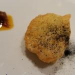 ヒロト - ⑦天然虎河豚(山口県産)のフリット、炭ガーリックとバルサミコソース              フリットとは思えない火入れで蒸し焼きのような仕上がり。       口の中で虎河豚の旨みと甘みが拡がります。