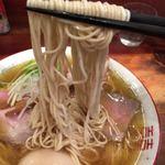 中華そば しば田 - 三河屋製麺の全粒粉入り平打ち細ストレート麺を使用しています。 しなやかなでコシがあり、歯切れがよく「プリッ」とした食感です。